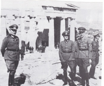 """Φώτο από το βιβλίο του Βασ. Μαθιόπουλου """"Εικόνες Κατοχής. Φωτογραφικές μαρτυρίες από τα γερμανικά αρχεία"""", εκδόσεις Ερμής. Η λεζάντα που συνοδεύει την φωτογραφία γράφει: """"Ο Λιστ ποζάρει μπροστά στο φακό για να έχει ενθύμιο από τις μέρες που η 12η Στρατιά του νικούσε στη Βαλκανική εκστρατεία. Η στρατιά εκείνη διαλύθηκε λίγο αργότερα στο Ανατολικό μέτωπο. Σχεδόν κάθε Γερμανός που πατούσε στη γερμανοκρατούμενη Αθήνα ήθελε ν' ανέβει στην Ακρόπολη, γιατί κάτι είχε ακούσει για τον Παρθενώνα. Και αρκετοί ήξεραν από ποιόν πολιτισμό πήγασαν τα μοναδικά αυτά οικοδομήματα. Αλλά ποτέ δε συνειδητοποίησαν, οι περισσότεροι, πως τα αθάνατα αριστουργήματα του Φειδία και του Ικτίνου δεν ακτινοβολούν μόνο τη λάμψη του ελλληνικού ήλιου που οι ακτίνες τους αντανακλούν πάνω στους κίονες με το πεντελικό μάρμαρο, αλλά και από το αθάνατο ελληνικό πνεύμα με το οποίο εκφράζονται η λευτεριά και η δημοκρατία. Και ο ναζισμός μισούσε το ελληνικό πνεύμα, που φώτιζε το δικό του πηχτό σκοτάδι""""."""