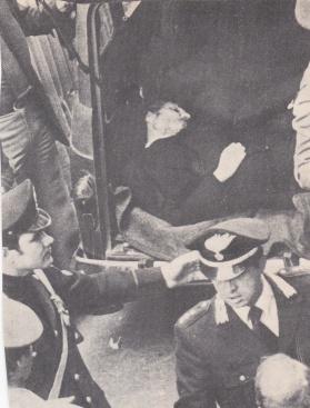 Το πτώμα του Άλντο Μόρο που άφησαν οι δολοφόνοι στην οδό Καετάνι, στο κέντρο της Ρώμης και σε σημείο ίσης απόστασης ανάμεσα από τα γραφεία του Χριστιανοδημοκρατικού και του Ιταλικού Κομμουνιστικού Κόμματος.