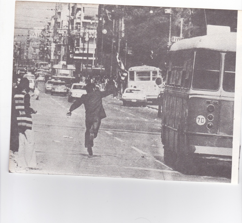πολίτης που ασκεί βία σε βάρος λεωφορείου...