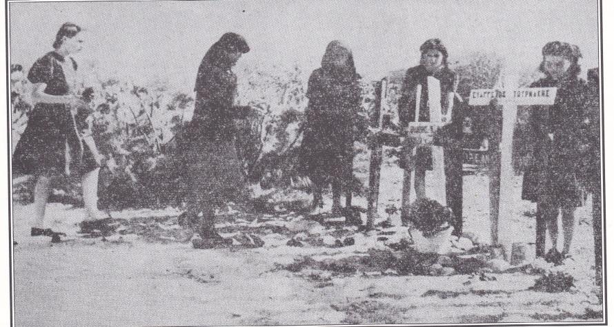Ein Massengrab in Perivolia (Mysiria) bei Rethymnon wird von vom Schmerz gezeichneten Müttern und Schwestern der Opfer gepflegt, die die deutsche Invasion gefordert hat
