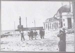 Ansicht des Ostabschnitts des Hafens von Chania nach der Besetzung der Stadt. Der Bombenangriff hat deutliche Spuren hinterlassen