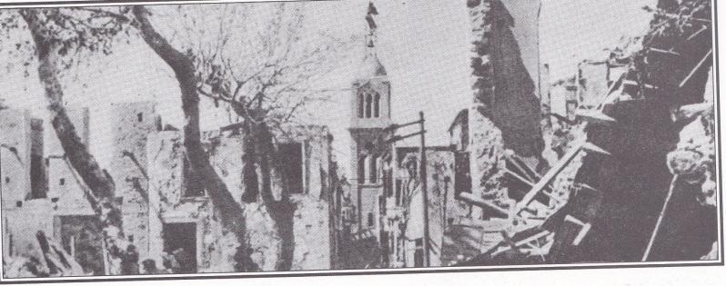Der Glockenturm der Hauptkirche von Rethymnon regt als stummer Zeuge der Katastrophe empor, die die Stadt getroffen hat
