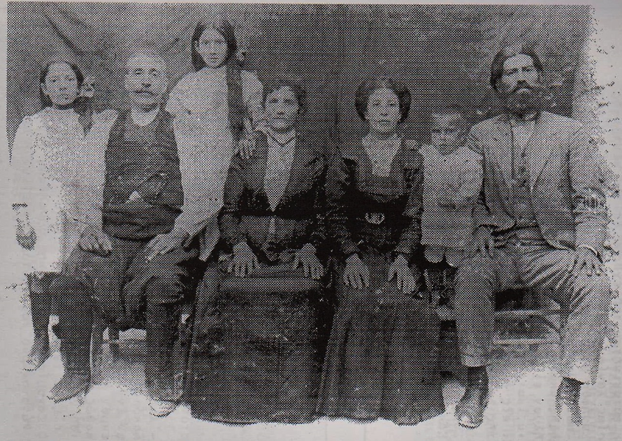 Μικρά Ασία 1912. Η πρώτη οικογένεια του Γιώργη Κοκοβλή και του δασκάλου Νικόλαου Βεδέ από τη Σάμο.