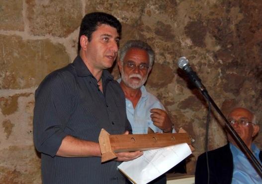 Ο οργανοποιός Τάσος Ποταμίτης παρουσιάζει ένα πιστό αντίγραφο του Μονόχορδου του Πυθαγόρα, το οποίο δημιούργησε ειδικά για την παρουσίαση του βιβλίου του Σάκη Ροδίτη.
