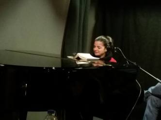 """Η Μάνια Παπαδημητρίου στο πιάνο στην εκήλωση για την παρουσίαση του μυθιστορήματος του Γιώργου Ηλιάδη """"Τα δυο πουγκιά"""", στον πολυχώρο """"Διέλευση"""" στην Κυψέλη."""