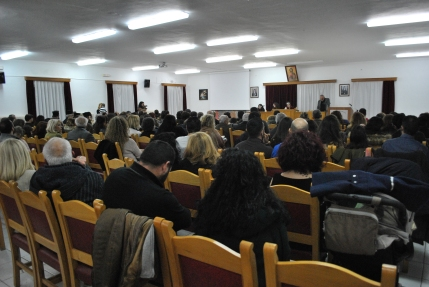 """Άποψη τμήματος της αίθουσας του Πνευματικού Κέντρου κατά τη διάρκεια της παρουσίασης του παραμυθιού τς Ελευθερίας Τσικαλά """"Ο ήρωας της θάλασσας"""". Στο βήμα ο δάσκαλος Γιάννης Τσικαλάκης. (Φωτογραφία: Βαγγελιώ Καρακατσάνη)"""