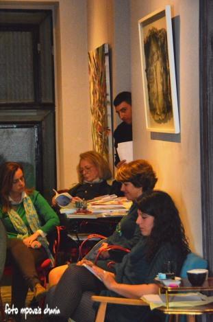 Στιγμιότυπο από το θεατρικό δρώμενο. Στο βάθος ο Μάνος Καλοιμοράκης. (φωτογραφία Foto Mpouzis Chania)