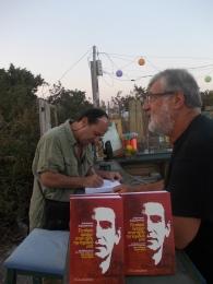 Ο Δημήτρης Δαμασκηνός υπογράφει βιβλία του πριν από την εκδήλωση στο σπίτι των εξορίστων, στη Γαύδο