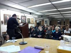 Ο Δημήτρης Δαμασκηνός στο βήμα της εκδήλωσης για την παρουσίαση του βιβλίου στην αίθουσα της Εταιρείας Ελλήνων Λογοτεχνών.