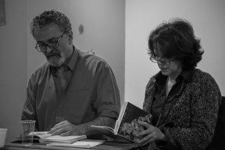 """Γιώργος Ηλιάδης και Μαρία Κατσικανδαράκη διαβάζουν αποσπάσματα από """"Το μαγκάλι""""."""