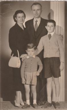 Ο Ευάγγελος Κακάρογλου με την οικογένειά του