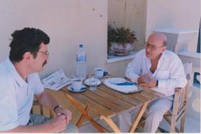 """Ο Λεωνίδας Κακάρογλου με τον Θόδωρο Αγγελόπουλο. Φωτογραφία από το βιβλίο """"Χρόνος Διάφανος"""", που θα κυκλοφορήσει το επόμενο διάστημα από τις Εκδόσεις Ραδάμανθυς."""